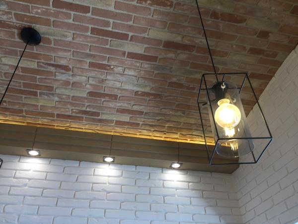 soffitto di un ristorante con volta a botte realizzato con pannelli finti mattoni , pannelli flex,